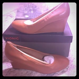 NWT vionic lux Camden size 9.5 tan leather
